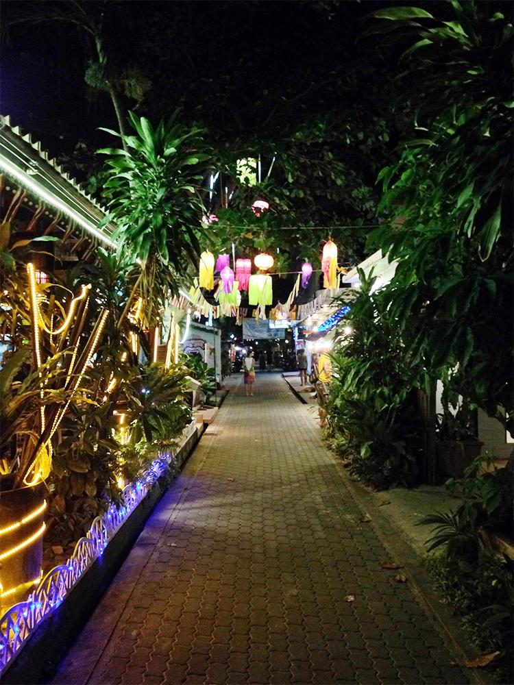 Calles del centro de Koh Tao por la noche