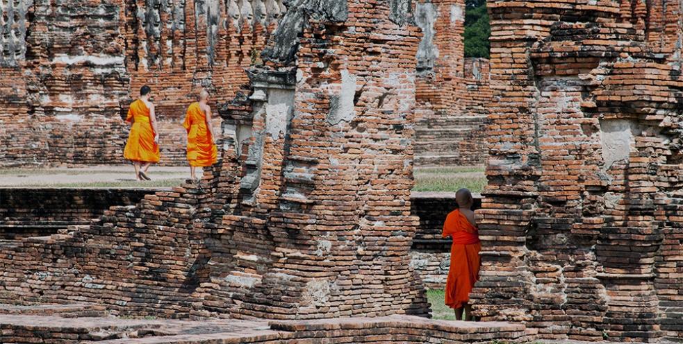 Monjes budistas entre las ruinas