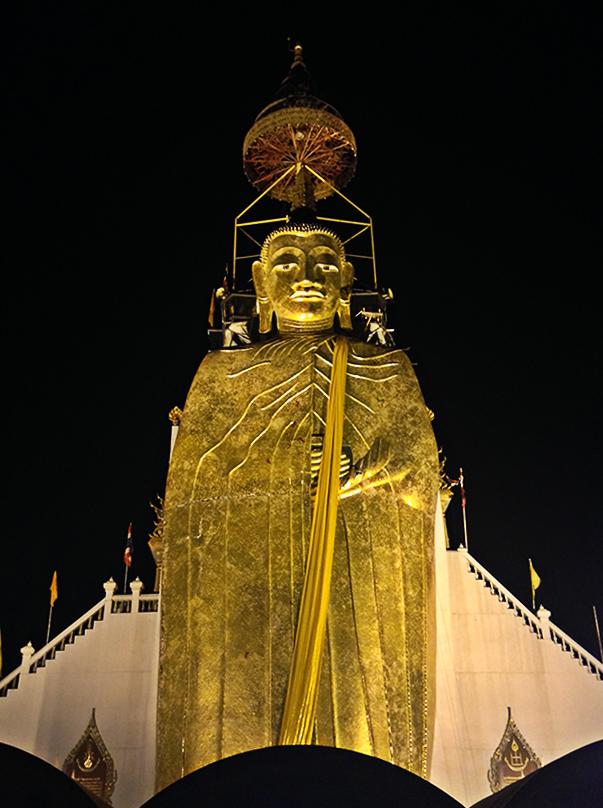 Estatua de Buda de pie