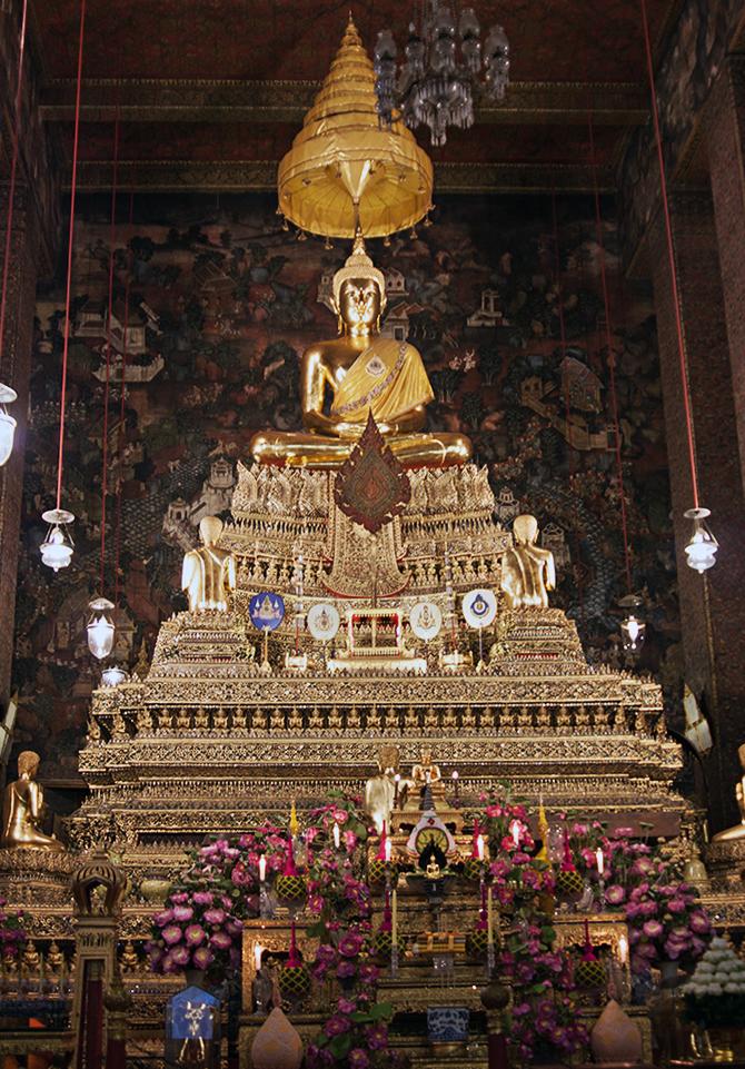 Interiores de un templo en Bangkok