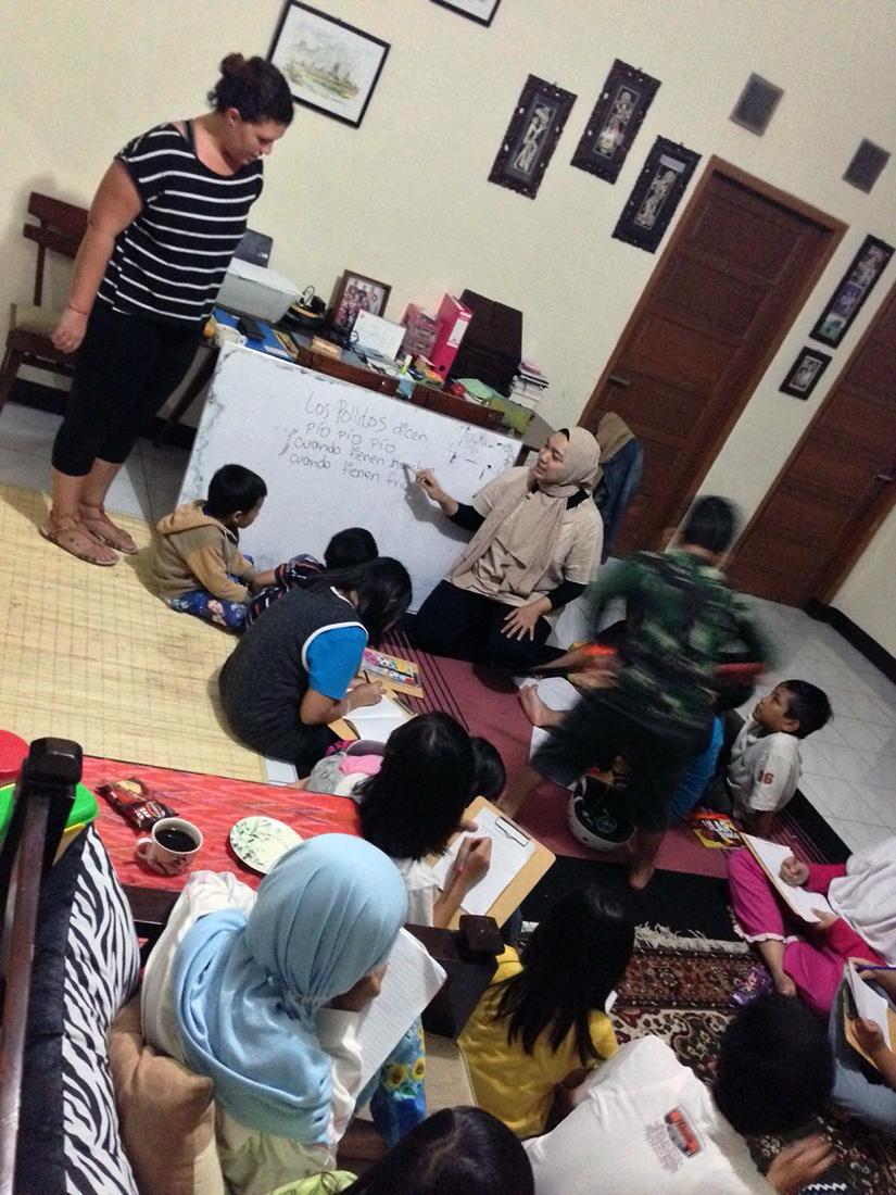 Enseñando español a niños en Bandung, Indonesia