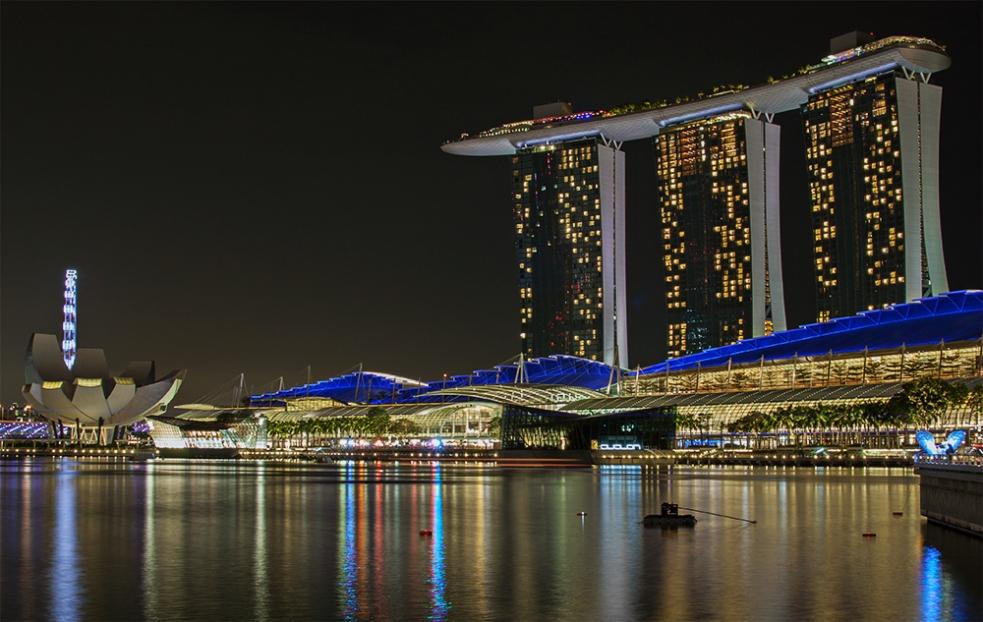 Vista nocturna del Hotel Marina Bay y el Museo de Arte y Ciencias