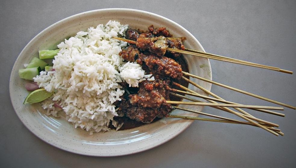 Satay de pollo con arroz blanco