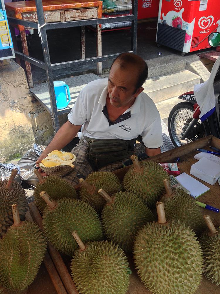 Vendedor de durián en George Town, Malasia