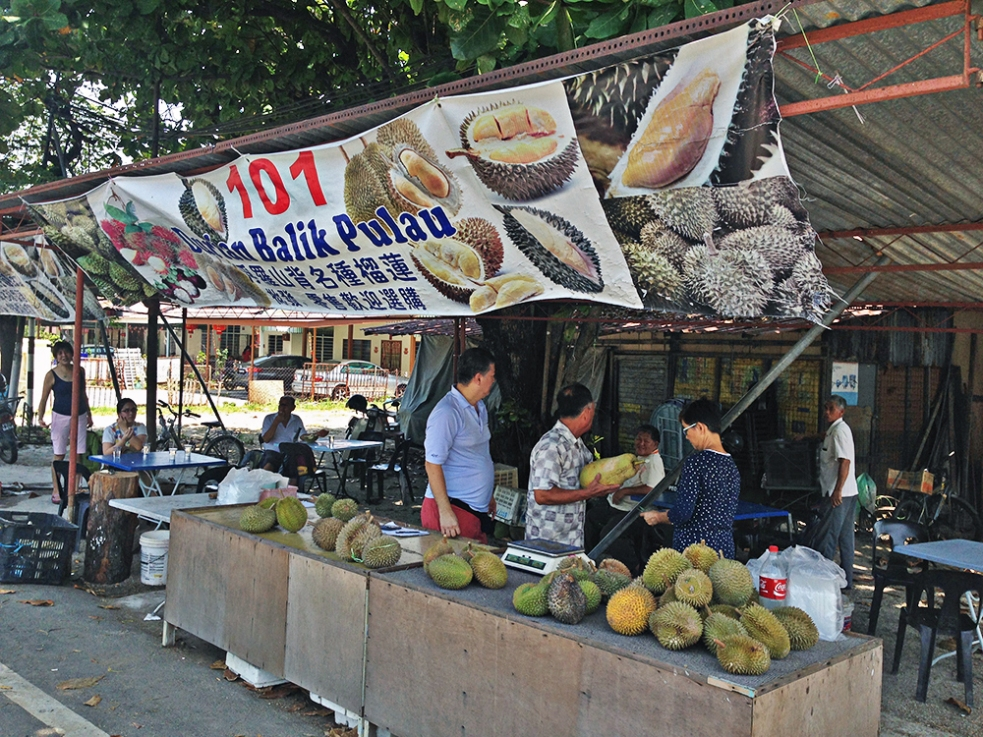 Venta de durián en Balik Pulau, isla de Penang, Malasia.